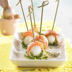 Prikkertje met zalm en kwartelei | Colruyt Tapas, Healthy And Unhealthy Food, Party Sandwiches, Good Food, Yummy Food, Appetisers, Seafood Recipes, Finger Foods, Food Inspiration