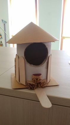 casetta per uccelini fatta con rotoli i scotch, tappi e palette del gelato