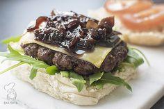 Rode uienchutney - een makkelijk en lekker recept voor rode uienchutney. De chutney is erg lekker op een hamburger, tosti of met blokjes kaas. (Lees het recept via de bron!)