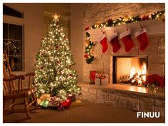 Tradycyjnie fińską choinkę zdobi się dekoracjami w 4 kolorach - czerwonym, śnieżnobiałym, srebrnym i złotym, a na gałązkach wiesza się ozdoby ze słomy. Obowiązkowo wśród nich musi się znaleźć świąteczna koza, którą przewiązuje się czerwonymi sznurkami lub wstążką. Jakie dekoracje zdobią Wasze świąteczne drzewko? #finuu #finuupl #finland #finnishornaments #himmeli #joulu #xmas #bozenarodzenie #choinka #christmastree #dekoracje #kominek #fireplace #prezenty #inspiracje #finuustyczneswieta