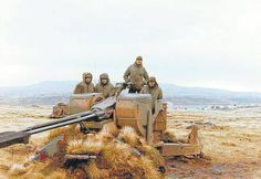 Argentine soldiers stationed in the Falkland Islands with anti-aircraft gun Military Art, Military History, Falklands War, Memoirs, Battle, Island, Pictures, Photos, Chile