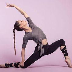 HELLO MONDAY A quand lheure du yoga / stretching ? . Nous cest maintenant 18h40 #YogaTechniqueAndPostures