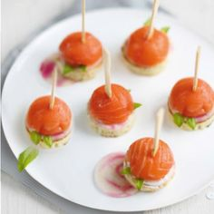Add a touch of luxurious whimsy to your next dinner party with these delectable Salmon Lollopop Appetizers! Halloween Cocktails, Tapas, Healthy Salmon Recipes, Tiny Food, Appetisers, Smoked Salmon, Caramel Apples, Food Videos, Chicken Recipes