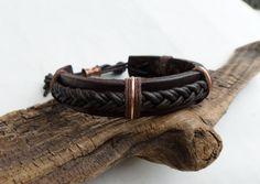 Hombres trenzaron pulsera de cuero. Esta pulsera de cuero trenzado es enteramente hecho a mano. La mano y teñido oscuro banda marrón y cordón de cuero trenzado angustiados en contraste con los acentos de cobre, da esta pulsera lo es mirada rústica, tierra. La mano forjó el cobre será naturalmente la pátina, o se puede pulir a un brillo. Esta pulsera mide 1/2 de ancho y puede ajustarse desde 67,5-7.75 . * Se siente libre de entrarme en contacto con cualquier pregunta de tamaño o si el ...