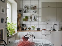 I love how this kitchen has been decorated with a combination of open and closed storage and lots of plants. Home Interior, Kitchen Interior, Interior Decorating, Interior Design, Old Kitchen, Kitchen Dining, Skandi Kitchen, Small Dining, Home Office Decor