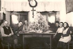 """Statek ve Věchově u Bystřice nad Pernštejnem: V roce 1942 sedí u vánočního stolu rodiče, babička, dědeček a dva strýcové Radky Krechlerové. """"To jsem ještě nebyla na světě,"""" píše."""