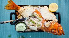 Uer er en nydelig matfisk. Får du ikke tak i uer kan du bytte den ut med en annen hel fisk. Tips: Jeg har blandet litt knust rosepepper sammen med saltet. Det gir ingen smak til fisken, men ser pent ut.