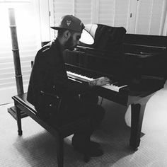 Skills on show: Zayn was pictured playing the piano in another artistic black and white sn. Zayn Malik Pics, Zayn Mailk, Niall Horan, Ex One Direction, One Direction Pictures, Playing Piano, New Instagram, Instagram Posts, Liam Payne