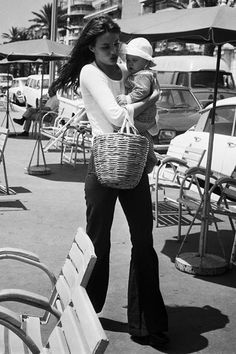 Jane Birkin in St-Tropez with a baby Charlotte Gainsbourg Charlotte Gainsbourg, Serge Gainsbourg, Gainsbourg Birkin, Estilo Jane Birkin, Jane Birkin Style, Looks Style, Mom Style, Pregnant Outfit, Victoria Beckham