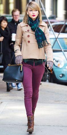 Acheter la tenue sur Lookastic: https://lookastic.fr/mode-femme/tenues/caban-chemise-de-ville-jean-skinny/5277   — Écharpe écossaise bleue marine et verte  — Caban beige  — Chemise de ville écossaise bleue marine et verte  — Gants en laine gris  — Cartable en cuir bleu marine  — Jean skinny pourpre  — Bottines à lacets en cuir brunes foncées