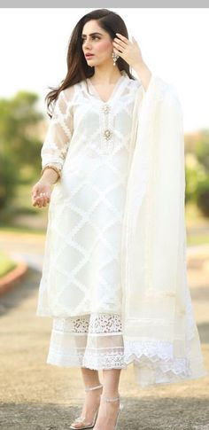 Simple things can make big differences at times – like a basic salwar kameez, looks more graceful and adds feminity to the complete look by adding a piece of fabric called dupatta. Shadi Dresses, Pakistani Formal Dresses, Pakistani Fashion Casual, Pakistani Dress Design, Pakistani Outfits, Indian Outfits, Indian Fashion, Kurti Designs Pakistani, Pakistani Couture