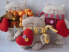 A mám dušu . Stuffed Animal Patterns, Diy Stuffed Animals, Dinosaur Stuffed Animal, Sock Dolls, Fabric Animals, Cat Pillow, Felt Cat, Cat Doll, Animal Projects