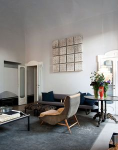 Modern loft apartment in Italy with mix of vintage and modern furnishings I like the art on the wall, of course. Modern Loft Apartment, Milan Apartment, Vintage Apartment, Modern Lofts, Apartment Interior, Deco Cool, Living Spaces, Living Room, Studio Living