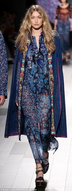 Gigi Hadid Walk, Gigi Hadid Style, Anna Sui Fashion, Kimono Fashion, New York Fashion, Coats For Women, Catwalk, Fashion Trends, Fashion Bloggers