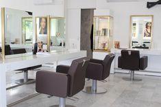 Soigneusement aménagé pour prendre soin de vous Office Desk, Furniture, Home Decor, Hairstyle, Living Room, Desk Office, Decoration Home, Desk, Room Decor