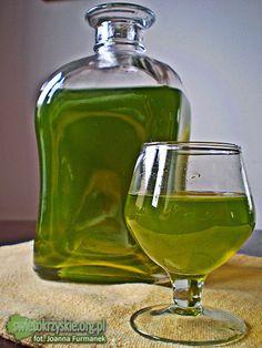 NALEWKA MIĘTOWA - Składniki: - 0,5 szklanki świeżych liści mięty (mniej więcej), - 200 ml spirytusu, - 0,75 szklanki cukru (można też dodać całą szklankę jeśli ktoś lubi słodki alkohol), - 2 szklanki przegotowanej, zimnej wody