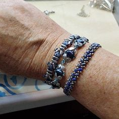 Iris Ginko Bracelet Beadweaving Tutorial by Carole Ohl Chevron Armband, Chevron Bracelet, Beaded Bracelet Patterns, Jewelry Patterns, Beaded Bracelets, Super Duo, Seed Bead Tutorials, Beading Tutorials, O Beads