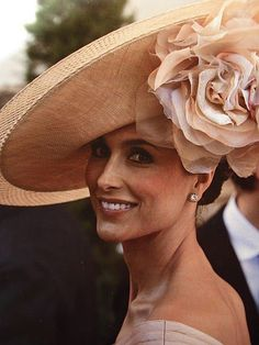 how to style a big hat - a great pamela in natural color from raffia Sombreros Fascinator, Fascinators, Headpieces, Types Of Hats, Crazy Hats, Fancy Hats, Big Hats, Stylish Hats, Kentucky Derby Hats