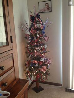 I like the idea of the tree.....decorated for the 4th, decorated for the 4th of July in this pic, but why not for each holiday or family member birthday with pictures from the past, and etc? Christmas Tree Themes, Christmas In July, Holiday Tree, Holiday Crafts, Holiday Decor, Whimsical Christmas, Country Christmas, Holiday Ideas, 4th Of July Celebration