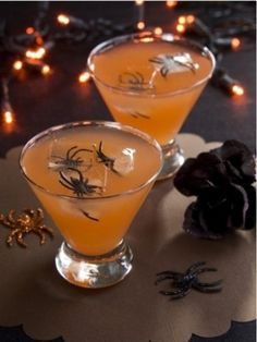 halloween cocktail {freeze plastic spiders in the ice cubes!}