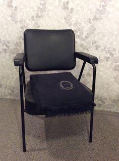 musta nojatuoli 50 luvulta Ranskasta .  @kooPernu