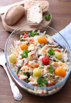 Laksegrateng 3 laksefileter 1 liten brokkolibunt 1/3 rødløk 1/2 paprika 1 pakke aspargestopper 10 små/ulike tomater 1 boks lett crème fraîche en neve revet gulost