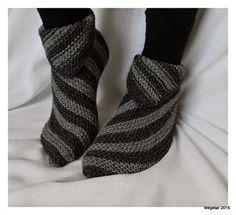 Megetar: Helpot ja hauskat tossut + ohje Wool Socks, Knitting Socks, Crochet Chart, Knit Crochet, Knitting Designs, Knitting Patterns, Cute Slippers, Yarn Ball, How To Purl Knit