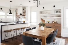 Black, white and warm wood dining and kitchen — Nina Jizhar Design Built In Bench, Bench With Storage, California Style, California Homes, Buffet, Custom Fireplace, Green Cabinets, Piece A Vivre, Cuisines Design