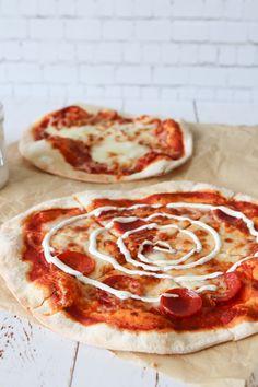 Den Bedste Pizza Opskrift - Pizzadej Der Ikke Skal Hæve - Hjemmelavet pizza smager fantastisk! Denne opskrift på pizza tager ingen tid, fordi dejen ikke skal hæve! Men der bliver ikke gået på kompromis med lækre bobler i dejen og sprøde skorpe! Hele hemmeligheden får du i denne opskrift og så har du lækker pizza på ingen tid. #Pizza #Aftensmad #Opskrift Greek Recipes, Hawaiian Pizza, Bread Baking, Pepperoni, Mozzarella, Feta, Tapas, Cheddar, Foodies