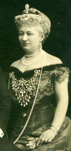 Augusta Viktoria, Empress of Germany wearing the devant de corsage.