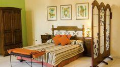 Habitación del Hotel Tejadillo. La mayoría de las habitaciones están dispuestas alrededor de un pequeño y agradable patio, al que adornan una fuente central y un enorme árbol tropical. Aunque cierto número de estas habitaciones carecen de ventanas, todas son muy espaciosas y están favorecidas por alrededores apacibles y acogedores.