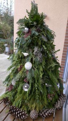 Grünschnittreste, wie verschiedene Thujaarten, Wacholder, Buchsbaum und Efeu steckte ich sträußchenweise in einen Kegel aus Hasendraht. Zur Befestigung des Grüns wickelte ich zusätzlich Bindedraht um den Kegel, der in diesem Jahr unser Weihnachtsbaum sein wird. Der fertig gebundene 'Baum' kam auf den Tisch vor unserem Terrassenfenster. Zum Schmücken sammelte ich …