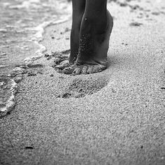A fun image sharing community. Explore amazing art and photography and share your own visual inspiration! Beach Aesthetic, Jolie Photo, Black N White, Beach Photography, Summer Colors, Beach Photos, Beach Day, Black And White Photography, Strand