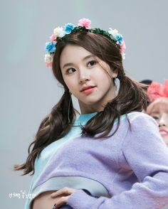 [161113 청량리 팬싸인회] She looks so cute in the flower crown #chaeyoung #채영 #twice #트와이스 #PrettyRapstarChaeyoung