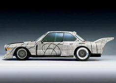 """1976 yılında ABD'li ressam ve gravür sanatçısı Frank Stella'dan BMW Sanatsal Otomobiller Projesi kapsamında BMW 3.0 CSL'i boyaması istendi. Tasarımında siyah ve beyaz kareli desen kullanan sanatçı, bu geometrik kesimlerle de optik açıdan ilginç bir çalışma ortaya koydu. Bu model aynı zamanda """"24 Saat Le Mans Yarışı""""na da katıldı."""