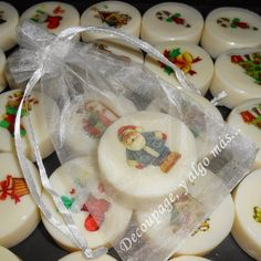 Jaboncitos cremosos de 30 gramos decorados con decoupage, con una amplia variedad de motivos navideños. Cada uno lo prese...