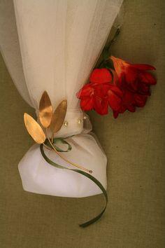 τούλινη μπομπονιέρα γάμου με χειροποίητο κλαδάκι ελιάς