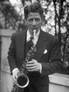 Born on this date in 1901, Rudy Vallée was known as one of first teen idols. Actor, Singer, Band Leader, but that's not why we celebrate him today. In 1917, he decided to enlist for World War I, but was discharged when the Navy authorities found out that he was only 15. Though only serving for 41 days, he's still listed on FamousVeterans.com with 100s of other celebrities! The Palm Beach Story, Jane Greer, Famous Veterans, Perry Como, Kinds Of Music, Big Music, Historical Society, American Singers, Old Hollywood