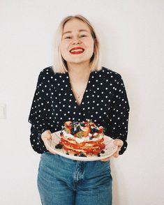 Cake anyone?  Tarvitaan oikeesti syöntiapua tän kakun kanssa  parasta synttäri päivässä on ehkä se että voi tehdä itselleen kakun sen verran kakkuaddikti mä oon . . . . . . . #birthdaygirl #fashionstatement #wafflecake #waffles #birthday #birthdaycake #homebaked #cakeinspiration #cakephotography #foodie #eatingfortheinstagram #summercake #ginatricot #ginamyway #nouwoutfit #nouwinfluencer #nouwblogger #nouwfinland #foodblogfeed #veganfood #vegancake #veganwaffles #veganlife #veganrecipes…