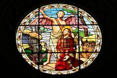 Kathedraal in Palencia, Spanje. Mooie glas-in-lood kunst beeltenis van een engel en Jezus Christus.