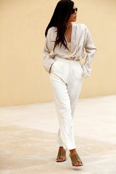 You'll be amazed at how easy it is to put together this look. Just a beige silk long sleeve blouse matched with white dress pants. Let your outfit coordination savvy really shine by completing your look with a pair of brown leather heeled sandals. Fashion Mode, Womens Fashion, White Dress Pants, White Trousers, Vogue, Work Attire, Office Attire, Street Chic, Casual Chic