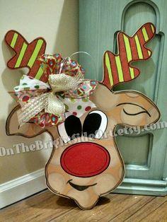 He encontrado este interesante anuncio de Etsy en https://www.etsy.com/mx/listing/251864538/reindeer-christmas-wooden-door-hanger
