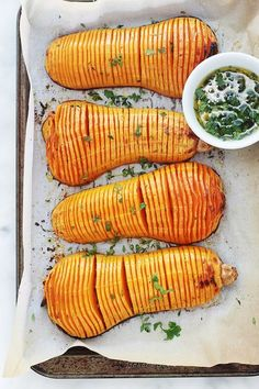 Easy hasselbak-style oven roasted butternut squash - Here is an original recipe for butternut squash roasted in the oven: hasselback! Simple and easy to - Clean Recipes, Veggie Recipes, Healthy Dinner Recipes, Vegetarian Recipes, Oven Roasted Butternut Squash, No Salt Recipes, Batch Cooking, Winter Food, Food Inspiration