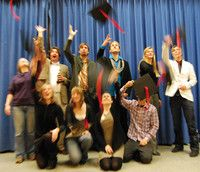 Philosophie-Künste-Medien (B.A.)  Universität Hildesheim Im Bachelor-Studiengang Philosophie – Künste – Medien wird Philosophie mit einem wissenschaftlich-künstlerischen Fach kombiniert. Neben der Vermittlung grundlegender theoretischer Fertigkeiten und Kenntnisse aus Philosophie und Kulturwissenschaften, sind auch praktische Übungen und Projekte Teil des sechssemestrigen Studiums.