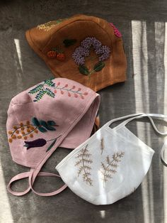 Lovely linen baby bonnets with hand embroidery. by MammaBearBabyBonnets - Linen bonnets with botanical embroidery La mejor imagen sobre diy face mask para tu gusto - Crochet Crown, Crown Pattern, Baby Bonnets, Baby Sewing, Baby Dress, Hand Embroidery, Kids Outfits, Kids Fashion, Creations