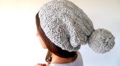 Gorro de lana con pompón hecho a mano. Gorro slouchy para mujer. Gorros  tejidos ea04fb119ae