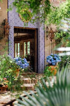 This Hidden Hacienda Was Begging For a Cinco de Mayo Party - Camille Styles Mexican Style Homes, Hacienda Style Homes, Mexican Home Decor, Spanish Style Homes, Spanish House, Spanish Colonial, Mexican Hacienda Decor, Spanish Revival, Mexican Bedroom
