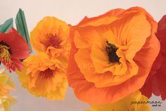 detalle composición flores gigantes papel en tonos naranjas