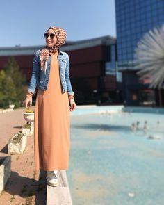 Ohhh miss gibiydi bugün. Elbise-ceket-sneaker sezonunu da açmış oldum, inşallah kabana dönmeyiz geri #elbisesevengiller Abaya Fashion, Muslim Fashion, Modest Fashion, Girl Fashion, Fashion Outfits, Hijab Style Dress, Hijab Outfit, Dressy Dresses, Denim Top