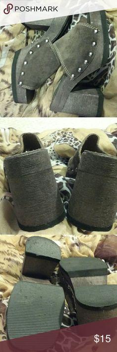 BONGO genuine leather platform mules 7. EUC Thick leather with silver studding, EUC size 6, wood -l look lightweight platform. BONGO Shoes Mules & Clogs